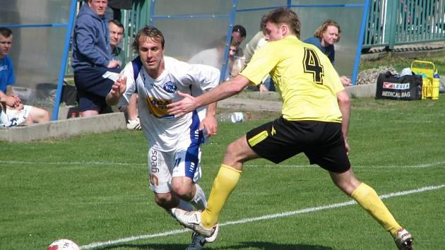 David Hlava (v bílém) mohl být hrdinou duelu - dal oba kladenské góly. Tým ale tentokrát remízu neslavil.