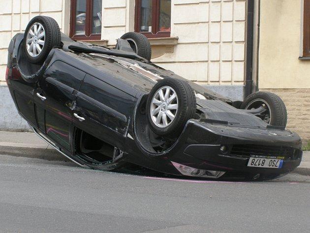 Nehoda se stala v ulici Gen. Klapálka. Provoz zde musela odklánět policie.