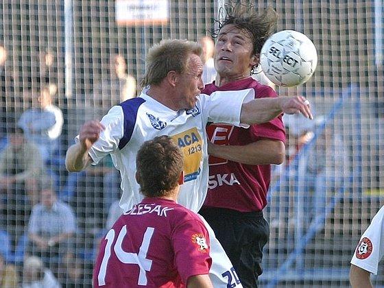 Radek Šelicha (v bílém) se v Německu trefil z penalty.