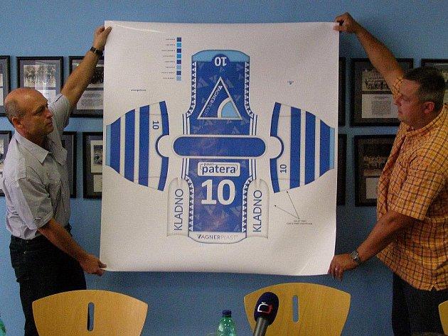 Bořek Vágner (vlevo) a Milan Volf představují nový dres Kladna na papíře.
