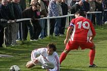 Hřebeč - Braškov 3:1, Robert Čáp (v bílém) dal dvě penalty a hlavně byl opět jasně nejlepším hráčem Hřebče.