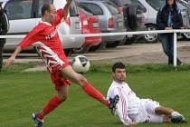 Hřebeč - Braškov 3:1, domácí Machuta (vpravo) dal druhý gól.