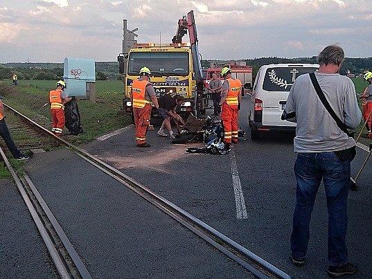 Úterní tragická nehoda motocyklu na kolejích nedaleko Velvar.
