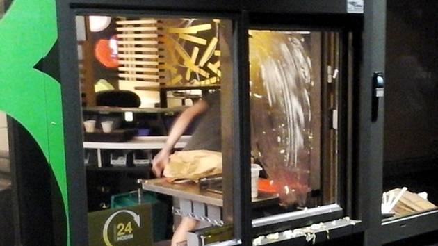 Zákazník nebyl s jídlem spokojený, a tak hamburger skončil na okénku.