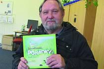Luděk Švorc se svou novou knihou Křivoklátské pohádky.