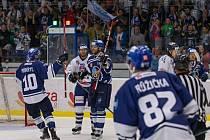 NA ČTVRTÝ POKUS se hokejistům Kladna (v modrém) podařilo v aktuální sezoně porazit  Benátky za tři body.