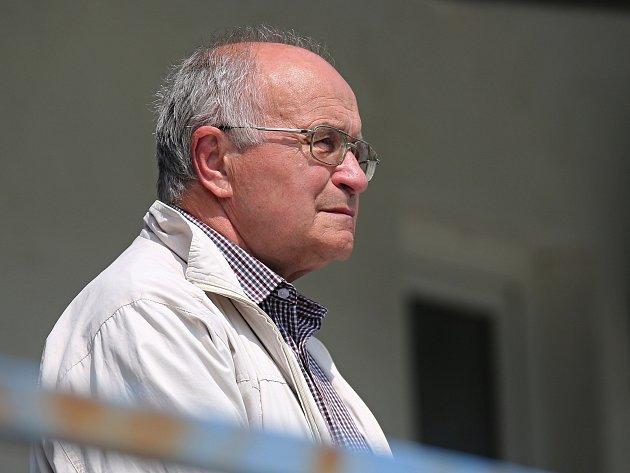 Smutný předseda SK Kladno Josef Drahota. Klub pod jeho vedením spadl nejníž, co když byl. I po uzdravení některých hráčů je osud klubu nejistý.