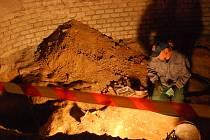 Archeologové našli v hledišti několik hrobů.