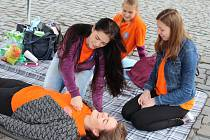 DĚTI SE MOHLY od studentek zdravotnické školy z kroužku první pomoci naučit, jak zachránit lidský život.
