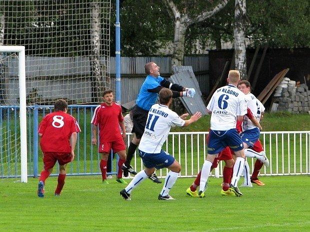 SK Kladno (v bílém) vydřelo dva body v derby v Novém Strašecí za výhru 3:2 na penalty.
