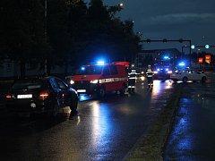 V Kladně na čtyřproudovce se srazila dvě auta