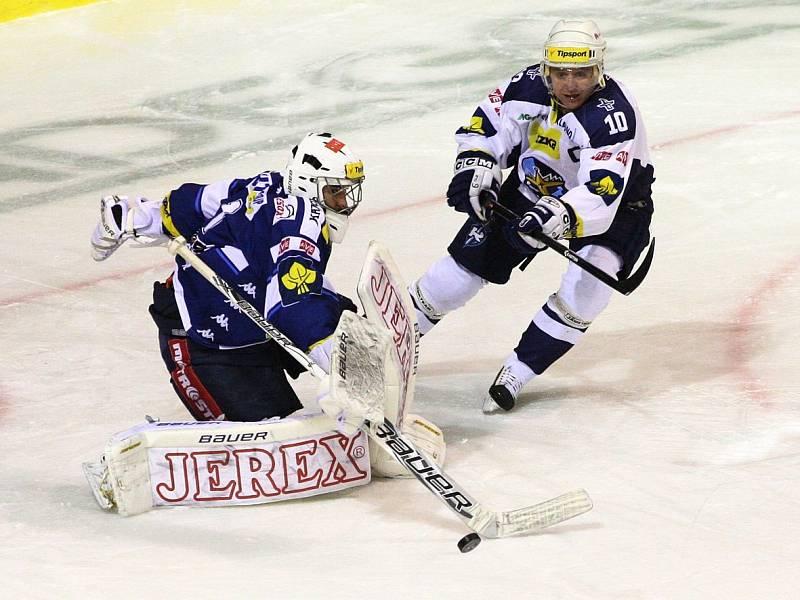 Kladno - Brno. Do utkání zasáhl po dlouhé době uzdravený kapitán Rytířů Pavel patera, tady operuje před gólmanem Čiliakem.