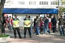 Při pondělním fotbalovém zápase strážníci kontrolovali jak hlavní vchod, tak i okolí zimního stadionu a přilehlé parkoviště.