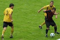Petra Kozák (vpravo ve žlutém) se dostal na hřiště brzy, když střídal Hrdičku.