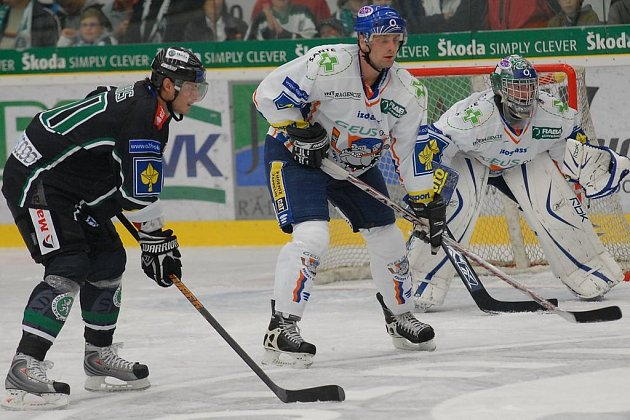 Pavel Skrbek (v bílém) v roce 2008 začínal sezonu v Kladně, později v roce 2011 také. Stále angažmá měl v Kladně pouze v sezoně 2001/02, kdy se vrátil z  NHL.