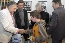 Nejlepším fotografům loni v soutěži muzea předali ceny textař a zpěvák Jan Vodňanský, kladenský fotograf Jiří Hanke (uprostřed) a spisovatel  a písničkář  Josef Fousek.