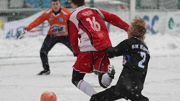 Moment, který rozhodl. Tomáš Strnad fauluje ústeckého hráče, Severočeši však penaltu za stavu 0:0 neproměnili.