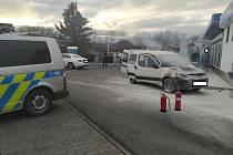 Dopravní policisté hasili na benzínce hořící auto.
