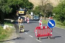 Řidiči, pozor! Na silnici u Vinařic se stále pracuje.