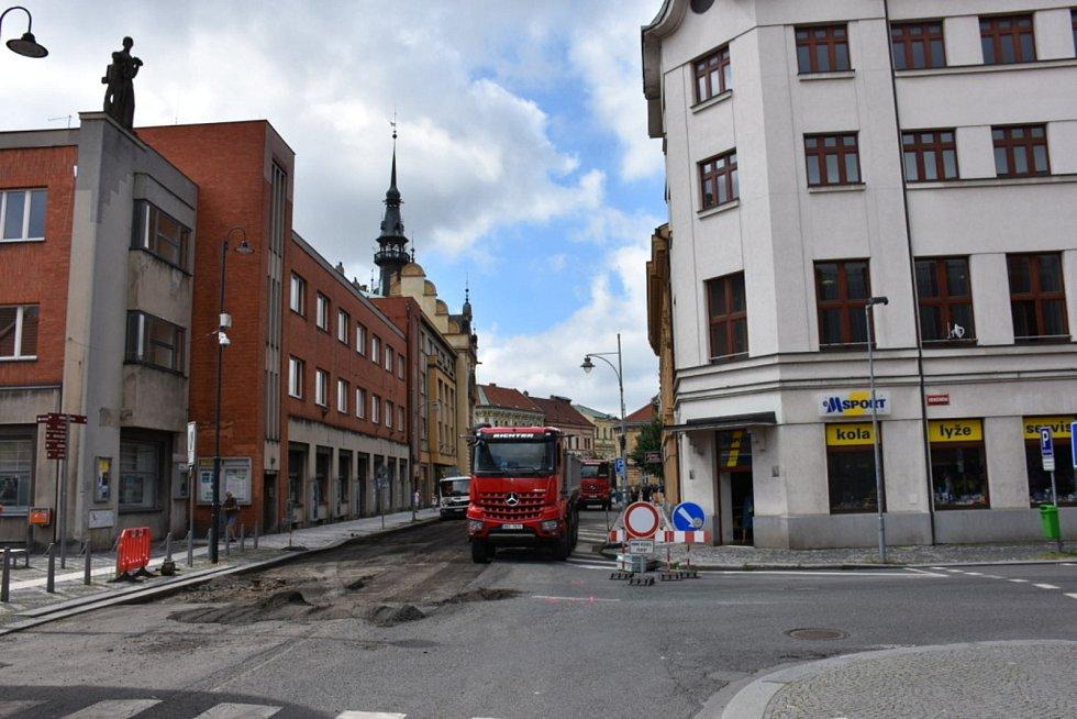 Oprava vozovky v centru Slaného.