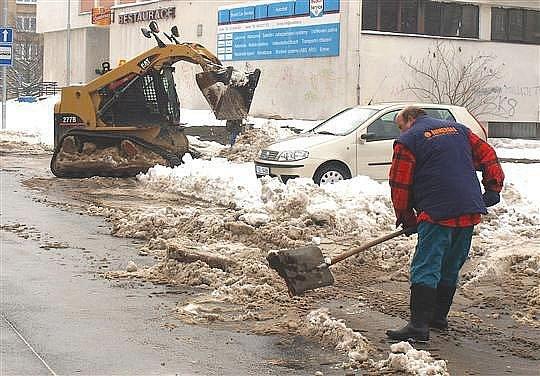 Loni byl kalamitní stav v Kladně vyhlášen 6. prosince. Úklid sněhu ze silnic komplikovaly také zaparkované automobily.