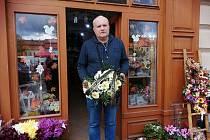 Kytici se smuteční stuhou pro Karla Gotta si nechal Václav Duchek uvázat v květinářství už ve čtvrtek.