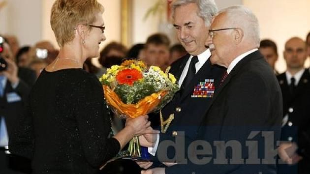 Zlatý záchranářský kříž za mimořádný přínos záchranářství obdržela lékařka Jana Šeblová z rukou prezidenta republiky Václava Klause v roce 2008.