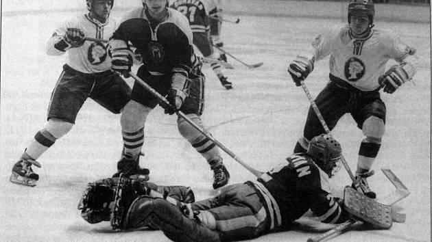 Sezon Kladno v ní hostilo i Šumavan Vimperk. Jeho branku ohrožují vlevo Michal Kurzweil a vpravo Adolf Beznoskaa 1983-84,
