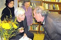 Kamila Moučková ve velvarské knihovně na besedě.