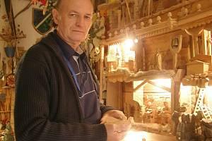 Řezbář Jiří Koudelka z Brandýska na svém velkém betlému pracuje už 17 let.