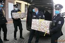 Policisté obdarovali děti z dětského centra.