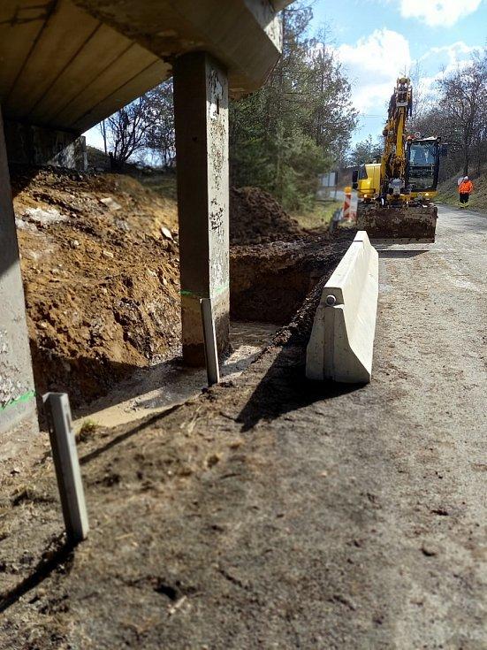 Záchranné práce na mostě u Netovic.
