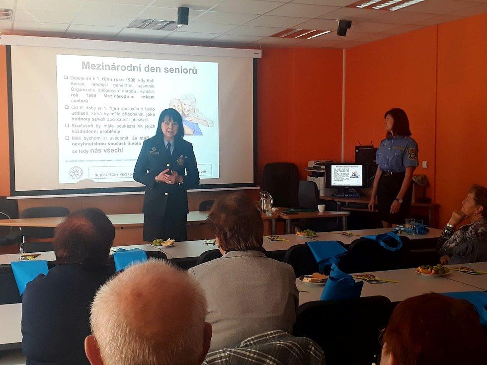 Policisté ze Středočeského kraje uskutečnili několik preventivních besed, které byly změřeny na bezpečí seniorů. (ÚO Benešov)