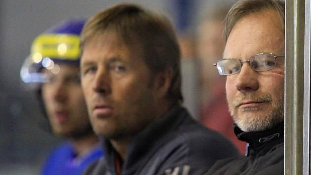 Trenérské duo Kladna Zdeněk Vojta (vpravo) a Petr Tatíček se moc optimisticky netváří.