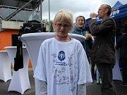 Slavnostní otevření zrekonstruované hokejbalové arény Kladno. Fanynka Natálka Zaťková nikoli v tričku s podpisy hokejbalistů, ale hokejistů Kladna.