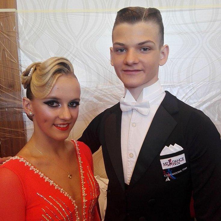 Jan Burant a Eliška Plachá na tanečním parketu a se svými oceněními.