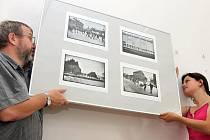 Přípravy na zahájení výstavy Sametový listopad den před vernisáží ve Sládečkově vlastivědném muzeu v Kladně finišovaly.