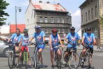 Cyklisté se připravili před kladenským magistrátem ke startu a vyrazili do Berouna.