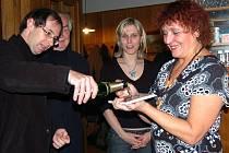 Olga Fikrlová (vpravo) při křtu jedné ze svých knížek