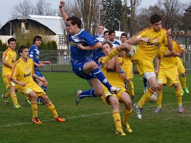 Dorost Kladna (v modrém) podlehl doma Dukle 0:2.