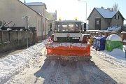 Pracovníci společnosti AVE odklízejí v těchto dnech sníh v Kladně ve dne i v noci.