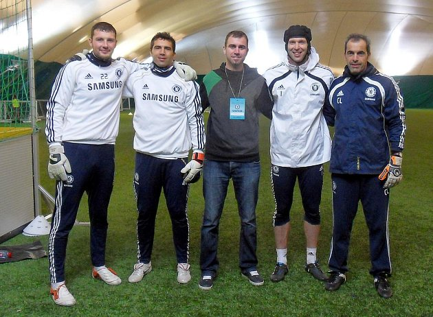 Filip Toncar s gólmany Chelsea a jejich trenérem.