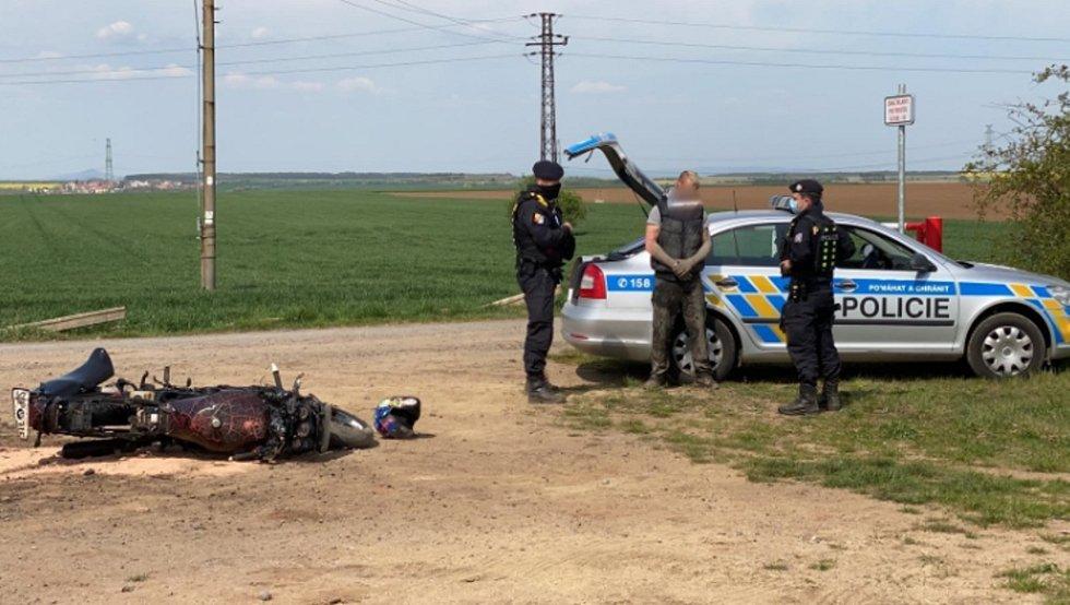 Z dopadení motorkáře na Kladensku, který ujížděl před policisty.