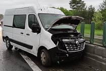 V silném lijáku se staly u Kladna na dálnici dvě nehody, dva lidé se zranili.