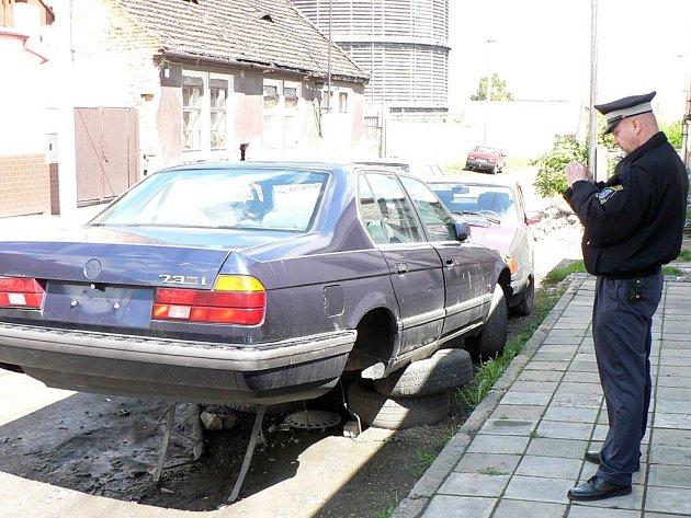 Strážník městské policie narazil na autovrak.  Nyní ho čeká standardní postup. Vozidlo musí vyfotografovat a pak se pokusí v okolí vyhledat jeho majitele. Následuje předání výzvy k odstranění vraku z komunikace.