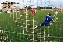 BRANKÁŘI středočeských soutěží budou po nerozhodném výsledku čelit penaltám.