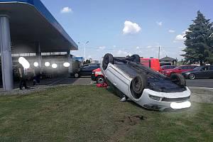 Auto skončilo na střeše přímo před čerpací stanicí.