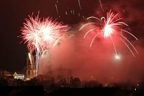 Novoroční ohňostroj  na Kladně  ze stráně nad Kročehlavským rybníkem (1. 1. 2016)