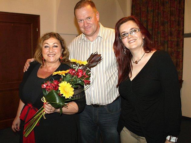 OBLÍBENÁ spisovatelka, scénáristka a v poslední době i televizní herečka Halina Pawlowská (vlevo) přijala pozvání od slánské písničkářky Simony Klímové (vpravo), jejího manažera Michala Kopeckého (uprostřed)