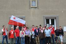 SLAVNOSTNÍHO ODHLENÍ PAMĚTNÍ DESKY se zúčastnili příbuzní Jaroslava Hausmana, představitelé obce i fotbalového klubu SK Slavia Praha.